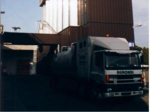 Oggi. Un automezzo al lavoro in un impianto alimentare